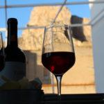 Due calici di vino per rilassarsi nella terrazza dell'appartamento del Dammuso Palermo